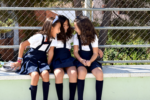 Alumnas en el patio del colegio